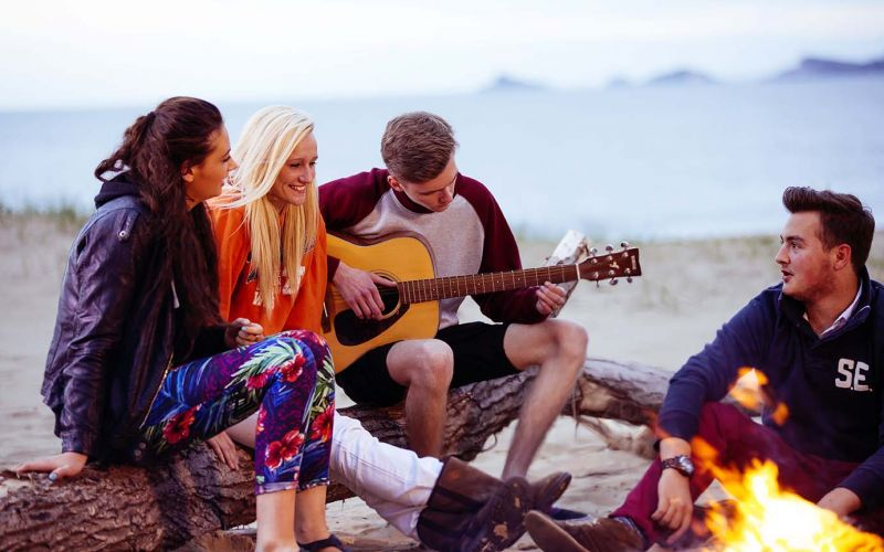 Studere i Wales - Swansea University - studenter på stranda