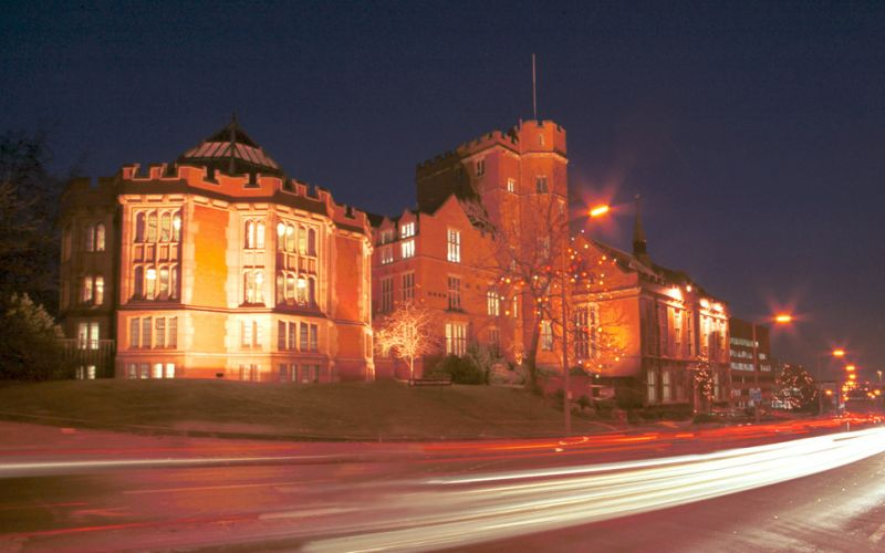 Studere i England - University of Sheffield - Firth Court at night