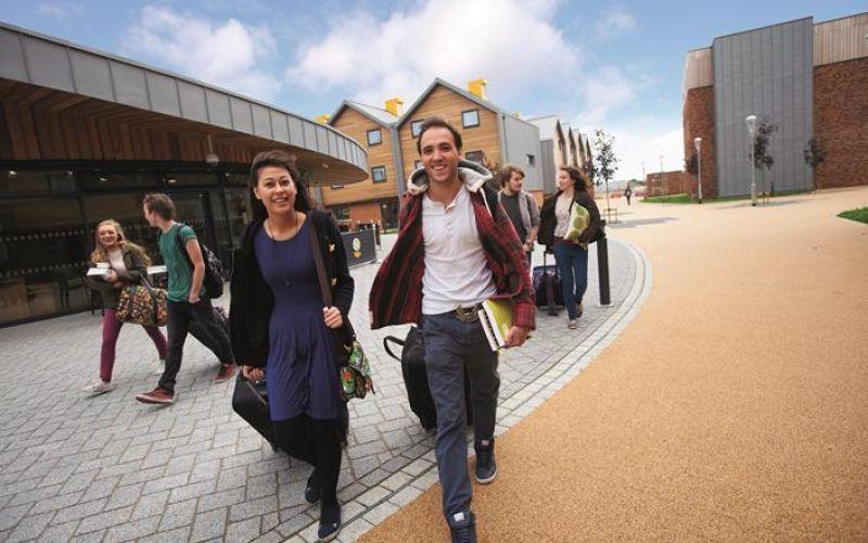 Studere i England - University of York - studenter på campus