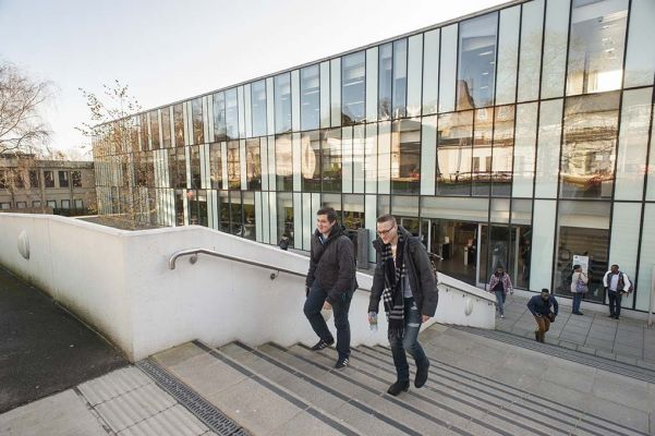 Studere ved Kingston University i London